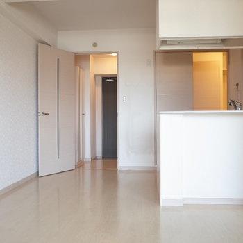 キッチンから玄関とも浴室ともアクセスしやすい◎※写真は7階の反転間取り別部屋のものです