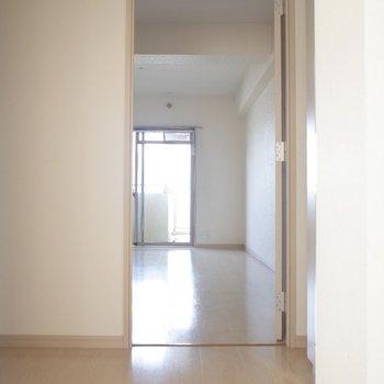 玄関から一直線!※写真は7階の反転間取り別部屋のものです