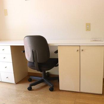 机と椅子も備え付け