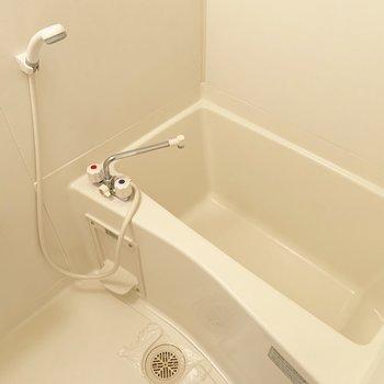 お風呂はトイレの横のドアから。