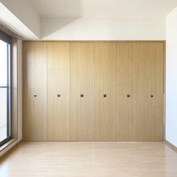 2つの洋室の中央に折れ戸で間仕切可能。