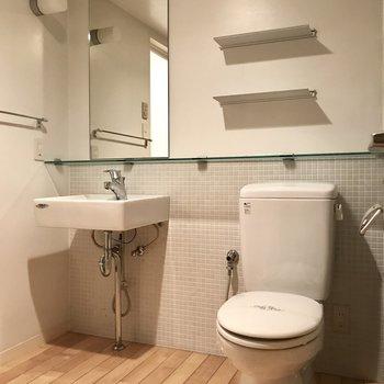 脱衣所とトイレは同じスペースですがこのデザインだとそれがお洒落に。※写真は2階の同間取り別部屋のものです