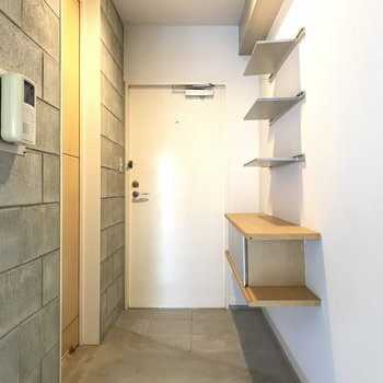 入った瞬間から差がつく玄関!ウォールシェルフに靴達を飾ろう。※写真は2階の同間取り別部屋のものです