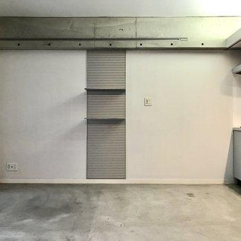 あちらの棚も実は可動式!そしてライティングレールなの!※写真は2階の同間取り別部屋のものです