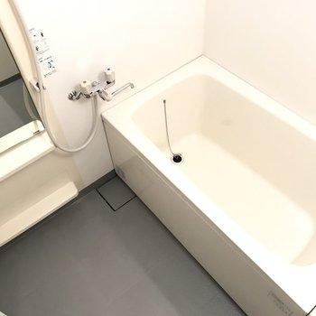 お風呂は一転してシンプル。シャンプーラック付き!※写真は2階の同間取り別部屋のものです