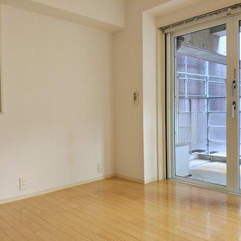 こちらのスペースにはソファとローテーブルを置きたい。