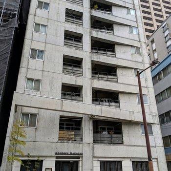 外観からオーラ漂ってます。1階には九州産のこだわり食材を使ったフレンチの超人気店!