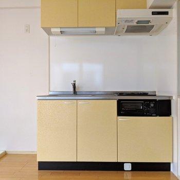 ソファのお隣には可愛いキッチン。インテリアの一部みたいだね。