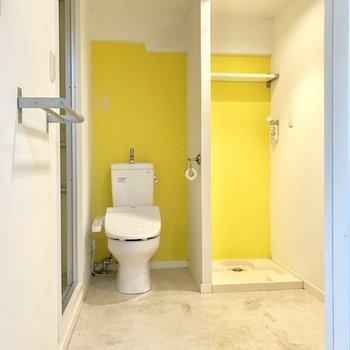 トイレは洗濯機と仲良く並んで脱衣所に。ウォシュレット付いてます。(※写真は清掃前のものです)