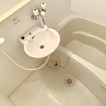 浴室は2点ユニット。鏡付きです