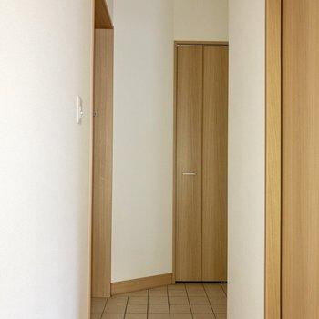 玄関はL字風に曲がっています。※写真は通電前のものです。一部フラッシュを使用して撮影しています