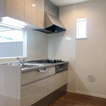 【LDK】キッチンにも小さな窓が※写真は2階の反転間取り別部屋のものです