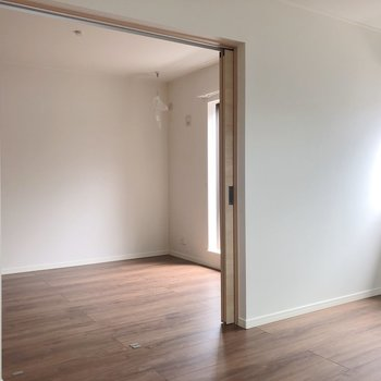 【LDK】お隣の洋室へいってみましょう※写真は2階の反転間取り別部屋のものです