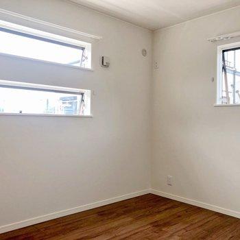【洋室5.3帖】洋室も二面採光ですね※写真は2階の反転間取り別部屋のものです
