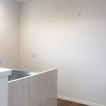 【LDK】後ろに冷蔵庫やレンジを置けますよ※写真は2階の反転間取り別部屋のものです