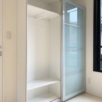 【洋室】可動式の棚なので、お好みの高さに調節しましょう。