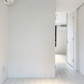 【洋室】お部屋の色が明るいので、雨の日でもあまり暗くなりませんよ。