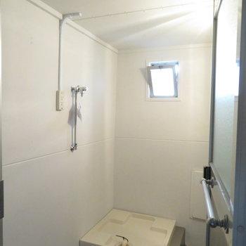 もう一部屋のお風呂は贅沢に洗濯機置き場