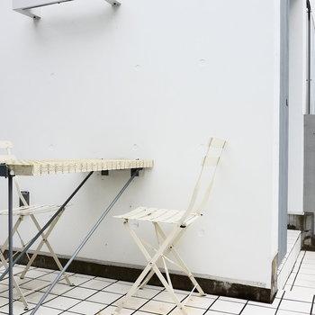 共用部にはこんなテーブルがいくつも。