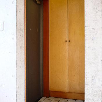 後光が…!みたいな玄関。