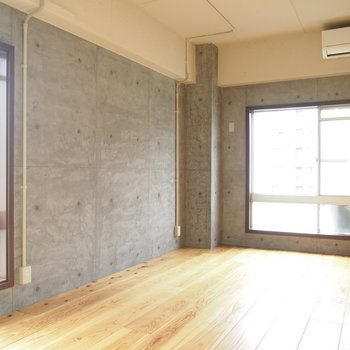 片面の壁はコンクリートうちっぱなし