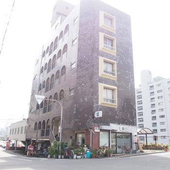 レトロな外観のマンションの1階は、これまた味のあるお店がはいっています