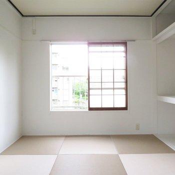その隣には少し色合いの違う畳の和室です