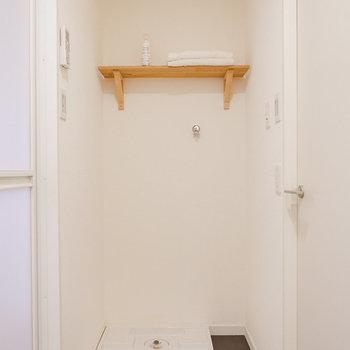 洗面台の反対側に洗濯機置き場があります。