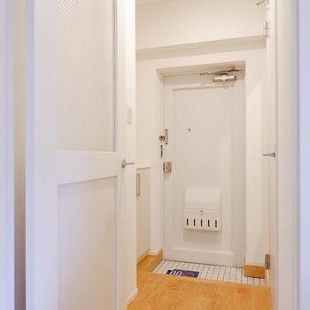無垢床が映える白い玄関。