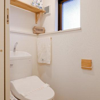 トイレはウォシュレット&換気窓つき。