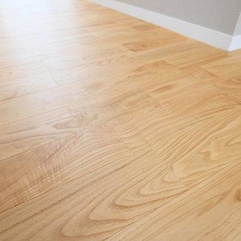 ヤマグリをつかった無垢床が優しく光りに包まれます。