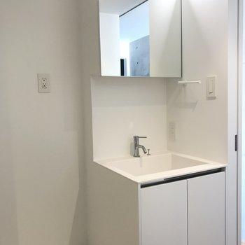 洗面台もスタイリッシュ!鏡の中は収納です※写真は4階の同間取り別部屋のものです
