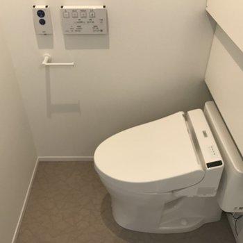 トイレは個室ではないですが、こんな広々空間に※写真は4階の同間取り別部屋のものです