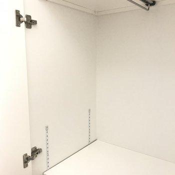 収納はここ!ちょっとだけハンガーが掛けられる※写真は4階の同間取り別部屋のものです