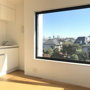 広い窓が特徴です。※写真は4階の同間取り別部屋のものです