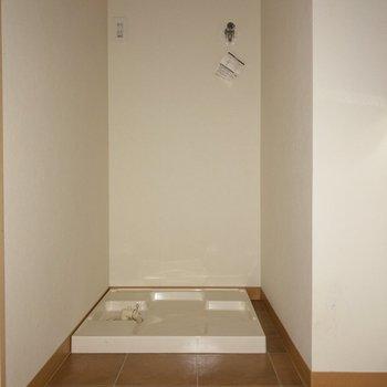 洗面台の向かいには洗濯機置場が ※写真は通電前のものです