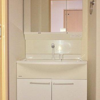 洗面台はコンセント付き ※写真は通電前のものです