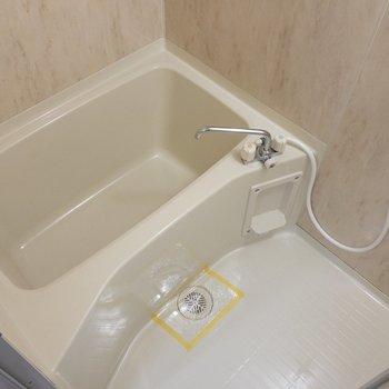 バスルームはクロスが素敵。