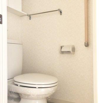 トイレは玄関側にあります。※写真は通電前のものです