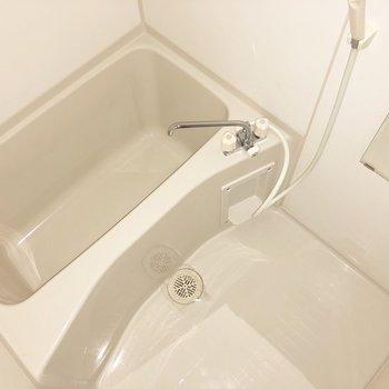 お風呂もゆったり清潔感があります。※写真は通電前・フラッシュを使用しています