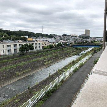 共用部から大栗川を眺められます。