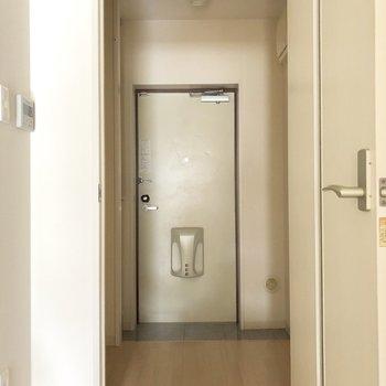 廊下と玄関は扉で仕切られているんです。※写真は通電前のものです