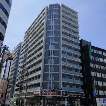 1階にハンバーガーチェーンのある大きな建物!わかりやすいです。