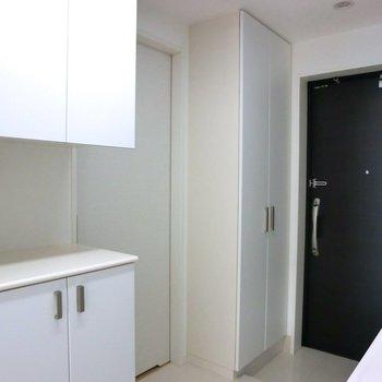 キッチン用の備え付けの棚が最高に嬉しい!※写真は10階の同間取り別部屋のものです