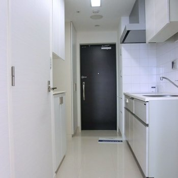 キッチン部分の廊下です。通常よりも広い2.7帖。 ※写真は10階の同間取り別部屋のものです