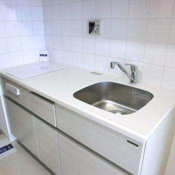 キッチンは白で統一。IH二口です。 ※写真は10階の同間取り別部屋のものです
