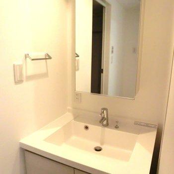 スクエア型の洗面台ー! ※写真は10階の同間取り別部屋のものです
