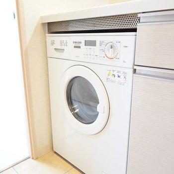 洗濯機はキッチン下に備え付け。 どこか外国味が漂う。