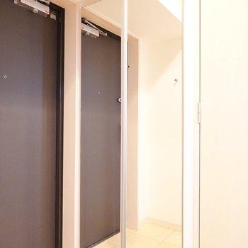頭からつま先まできっちり写る鏡が玄関にあるのは嬉しい!