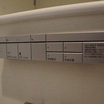 トイレのボタンまでシンプル!※写真は10階の反転間取り別部屋のものです